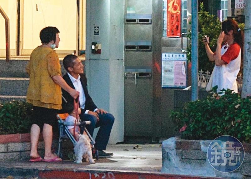 7月14日18:51,吳怡農(左2)擁有廣大粉絲,在辦公室樓下常遇到熱情支持者上前要求合照,他也大方入鏡。