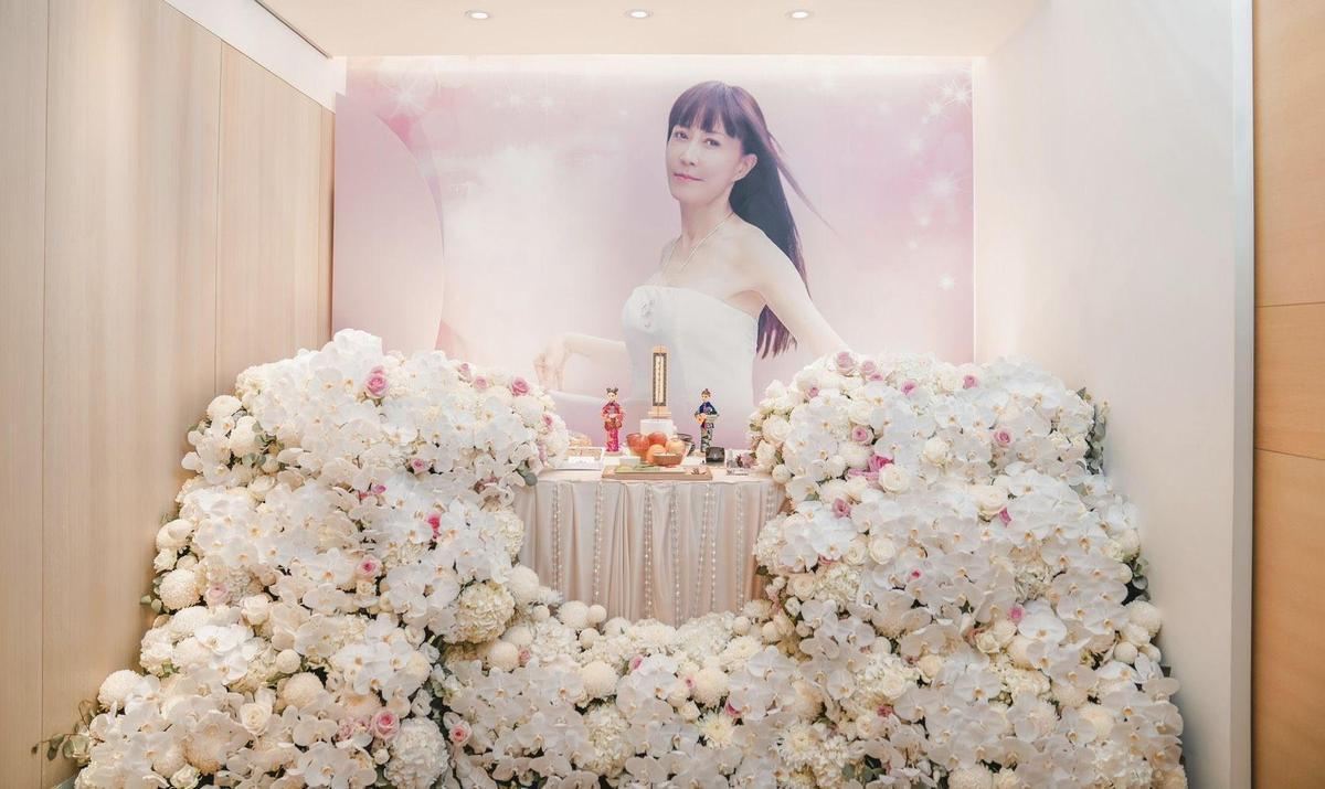 羅霈穎的靈堂使用大量的白色蘭花和粉色玫瑰花海,以典雅仙氣的氣氛送羅霈穎最後一程。(冬瓜行旅提供)