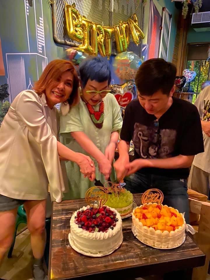張小燕72歲生日,張清芳、庾澄慶齊切蛋糕。  (圖/翻攝自李明依臉書)
