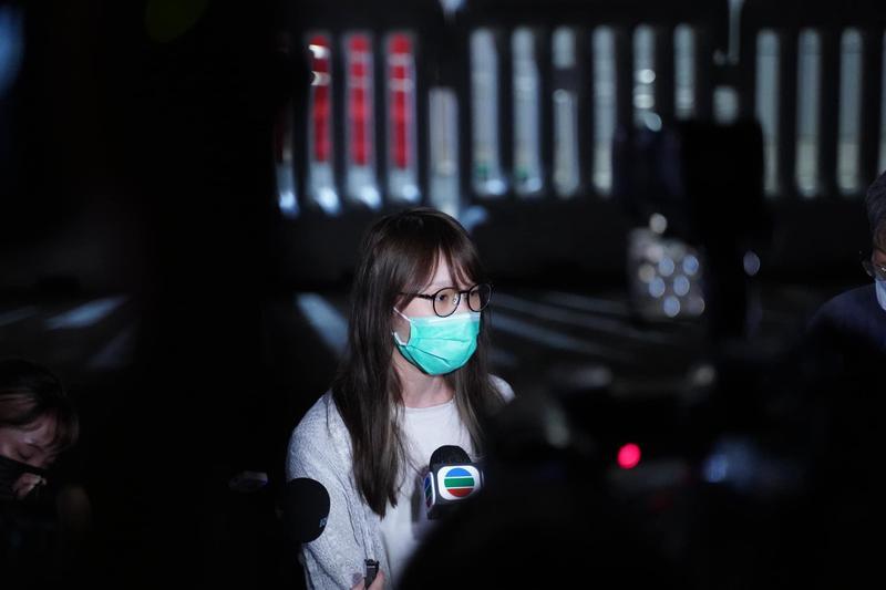 周庭昨(11)日晚間獲准保釋,離開警署時接受媒體訪問。(翻攝自Agnes Chow Ting臉書)