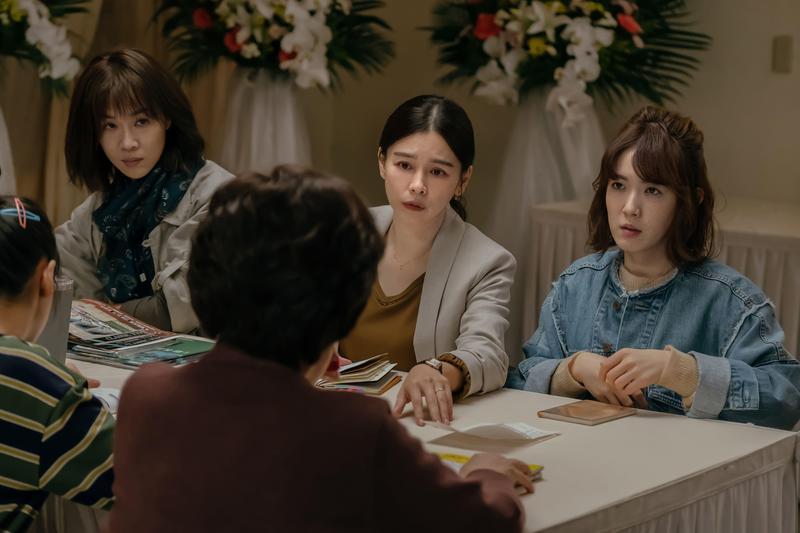 謝盈萱、徐若瑄及孫可芳飾演3姐妹,與母親間有複雜心事。(威視提供)
