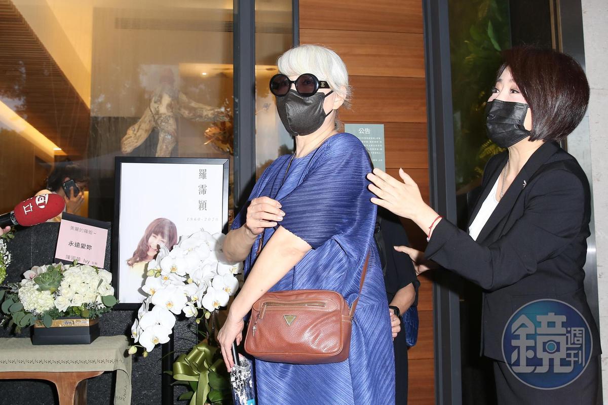 包翠英今天前往靈堂,透露年輕時和羅霈穎在夜店狂歡的趣事。