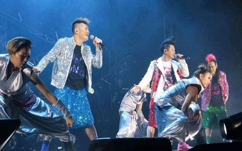 草蜢三子雖都已年過50,偶爾仍會合體演出,唱跳實力依舊驚人。(翻攝自蘇志威臉書)