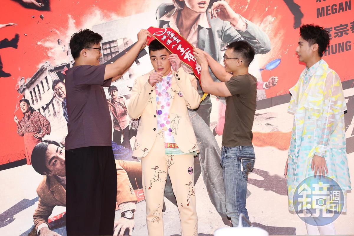 監製曾瀚賢及導演王逸帆為禾浩辰披上值星彩帶,預祝票房大賣。