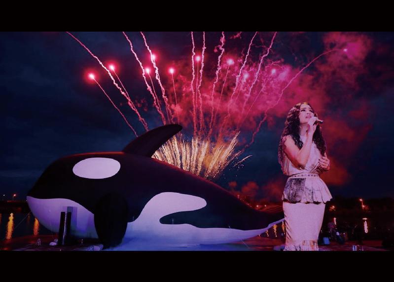 潘越雲日前赴台南「安平虎鯨ORCA GO!」夏日嘉年華擔任開幕佳賓,首度公開演唱爵士版的〈安平追想曲〉。(安平虎鯨ORCA GO!提供)