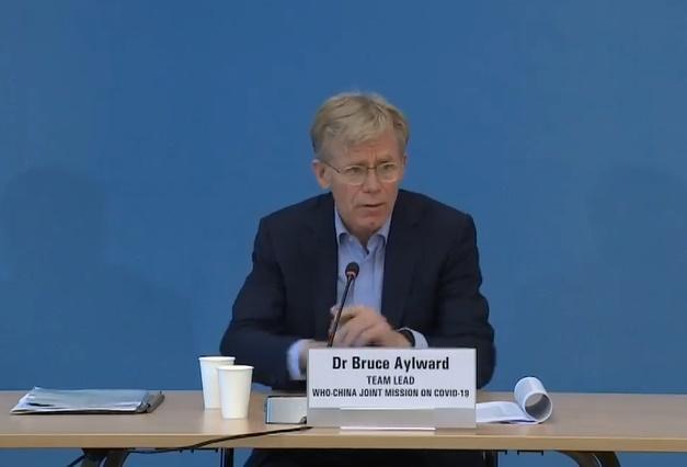 WHO祕書長高級顧問布魯斯艾沃德表示,俄國註冊的武肺疫苗還需要更多資訊才能判斷有效與否。(截圖自WHO臉書影片)