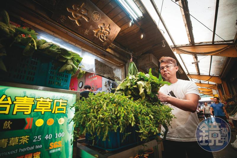 今年42歲的簡宜賢是德安青草店的第3代老闆,從國小開始幫忙,對青草瞭若指掌。