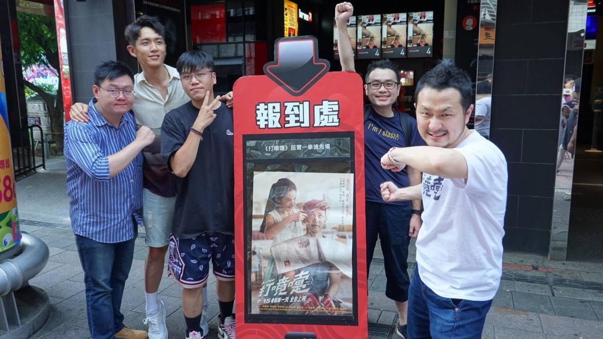 柯震東(左二)身兼《打噴嚏》男主角、後期總監與出品人,跑了上百場映後與映前全力宣傳,九把刀(右一)偶爾相陪。(傳影提供)