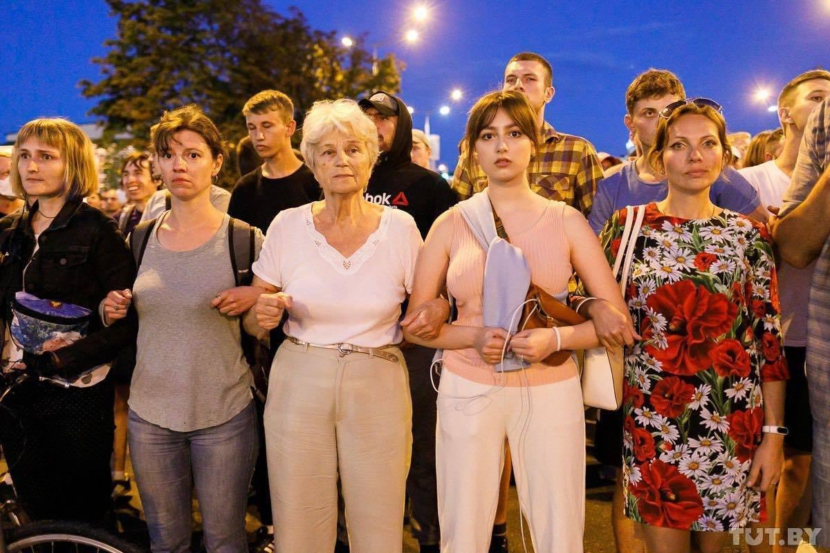 儘管面對當局和警方的暴力對待,民眾仍堅持上街以和平方式表達抗爭訴求。(翻攝自Twitter @TadeuszGiczan)