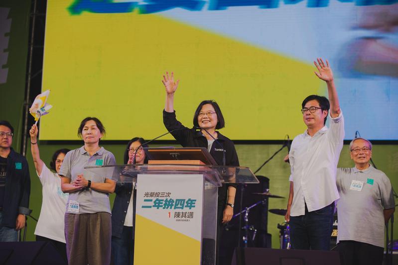 總統蔡英文南下為陳其邁站台輔選,高喊「光復高雄。(陳其邁競辦提供)