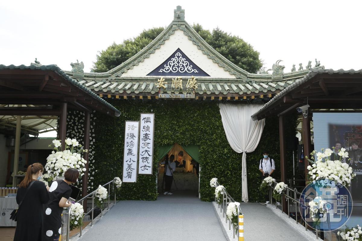 羅霈穎告別式在台北市立第一殯儀館順安廳舉行,門口的輓聯是哥哥羅青哲分別以「漢隸」、「漢簡」書寫。