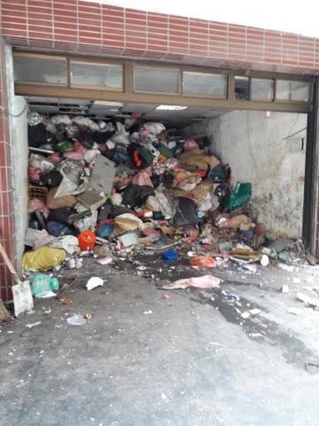 桃園民宅被堆滿20年以來的垃圾,清潔隊甚至要派出怪手清理。(翻攝自黃婉如臉書)
