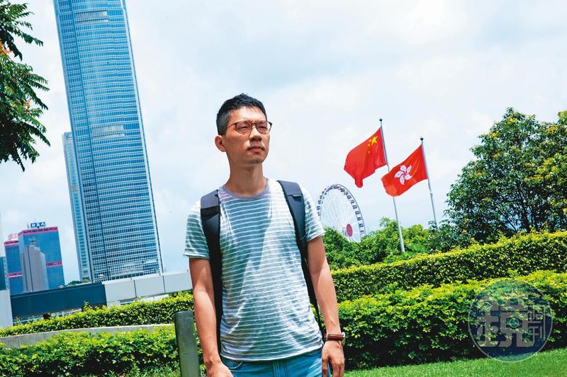 羅冠聰很喜歡漫畫《灌籃高手》,特別喜歡三井壽跟安西教練說他想回來打籃球的那幾頁,「有種維持青少年初心的感覺。」他說,為香港做點事,是他永不遺忘的初衷。圖為他去年接受本刊專訪,攝於香港立法會公民廣場。