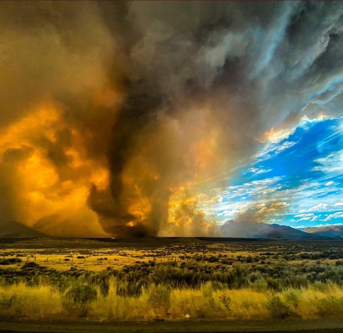 美國加州於15日發生罕見的火龍捲現象。(翻攝自推特)