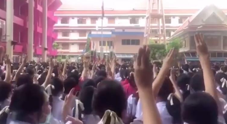 泰國中學生們高舉《飢餓遊戲》裡的3指禮,以表達對民主的支持。(翻攝自泰譯聞臉書)