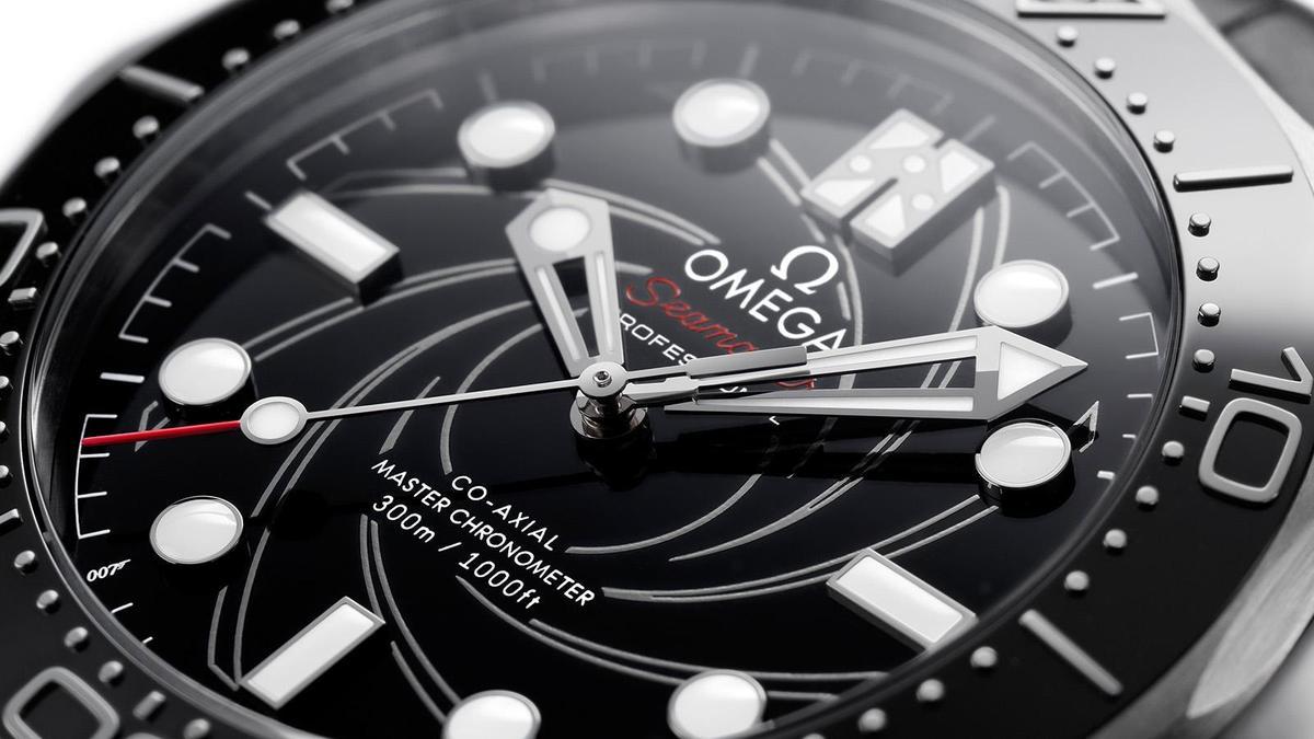 七點鐘位置的007字樣、還有十點鐘位置會隨著夜光亮起的數字50,都是延續前一款的彩蛋,換上鉑金材質的非限量編號版設定,是這次的改款重點。
