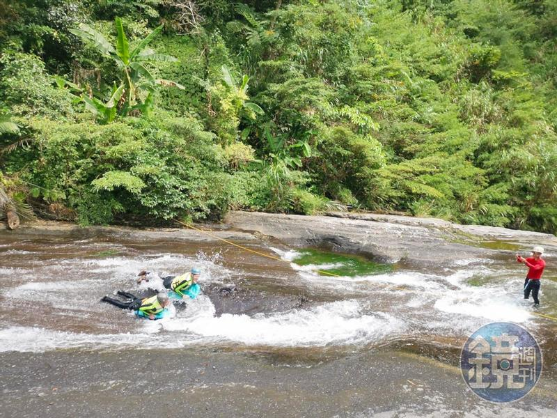 姐妹瀑布的滑水玩法雖受歡迎,但看得到商業團已事先做好保護措施。