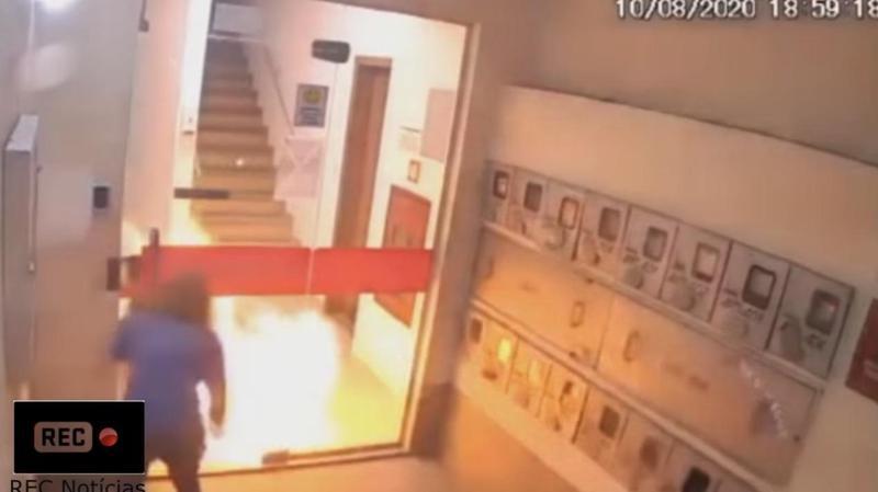 巴西一名女模特兒突成「火球」燒成一團,其女友與鄰居看到趕緊上前滅火救人。(翻攝自REC Notícias Youtube頻道)