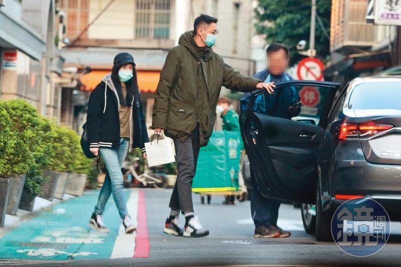 年初許瑋甯(左)與劉又年(中)一同外出覓食,兩人2018年交往至今,已有老夫老妻的感覺。