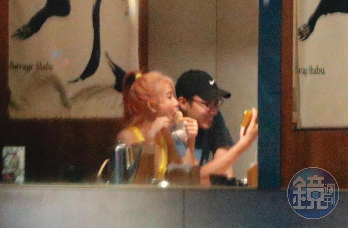 08/10 02:22 這對男女的手機可以互相給對方看,已進展到有如情侶般的互動。
