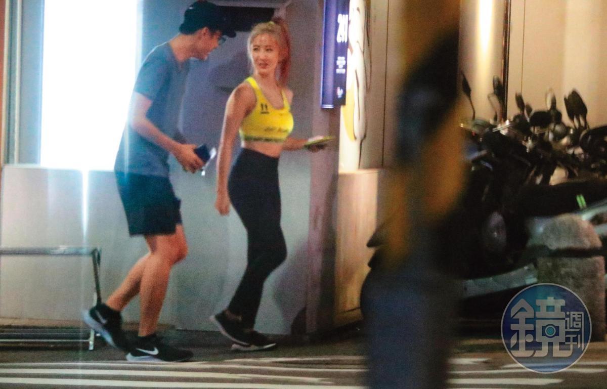 08/10 02:26 出了餐廳,才得以看到瑤瑤(右)全身裝扮,非常緊身,看來像是約會戰袍。