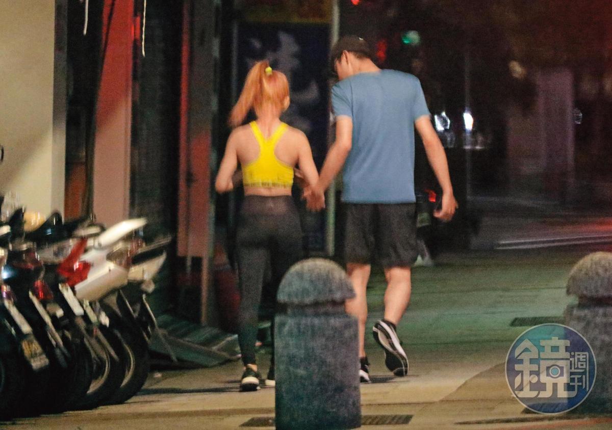 08/10 02:27 小倆口走在一起頗有「最萌身高差」,背影也呈現瑤瑤與其他前男友的即視感。