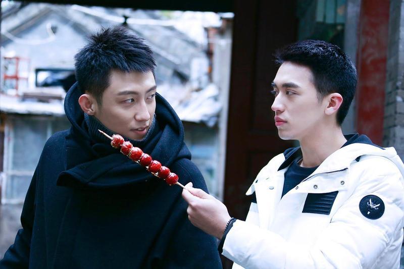 中國4年前推出BL劇《上癮》捧紅男主角許魏洲(右)和黃景瑜。(翻攝《上癮》日本官網)