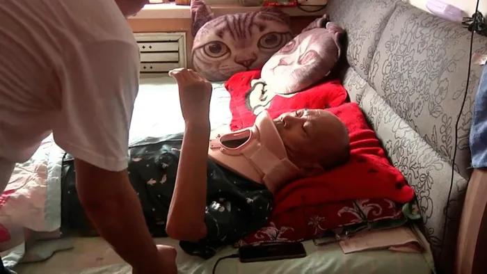 高姓老翁頸椎受傷,出院後仍需接受物理治療。(翻攝哈爾濱電視台)