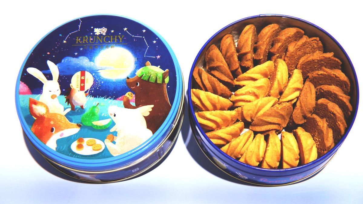 圓形鐵盒裝滿各式口味的「KRUNCHY可藍奇曲奇餅」。