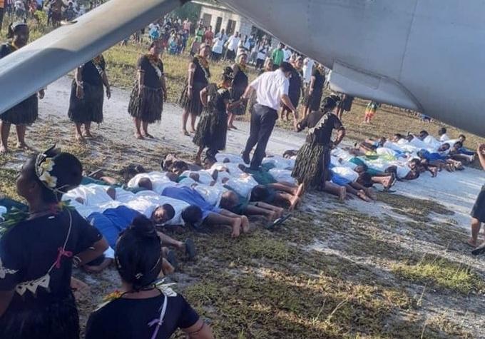 近日網路開始瘋傳一張中國大使到訪吉里巴斯時,竟以腳踩「人肉地毯」迎賓的照片,引起外界軒然大波。(翻攝自Michael Field推特)