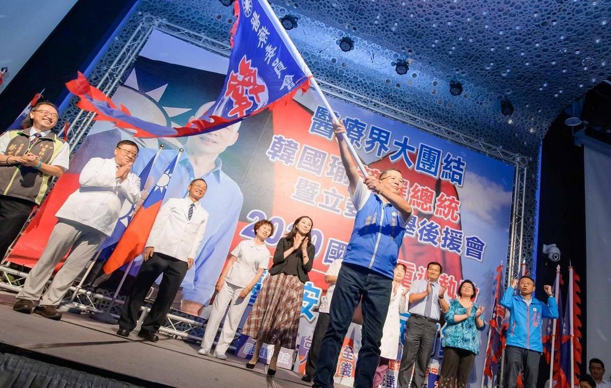 蔡明忠曾任韓國瑜醫療後援會總召,積極參與政治事務,這次以「彰化在地的醫師」的名義po文替衛生局喊冤。(翻攝自蔡明忠臉書)
