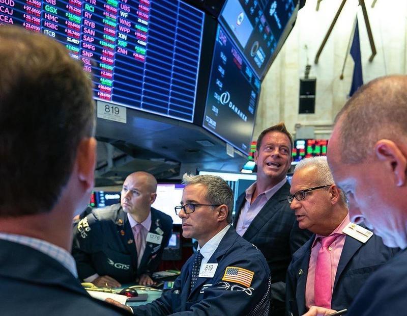 專家建議新鮮人第一次投資可選擇美股、台股等恢復力較高的市場。(翻攝自紐約證交所臉書)