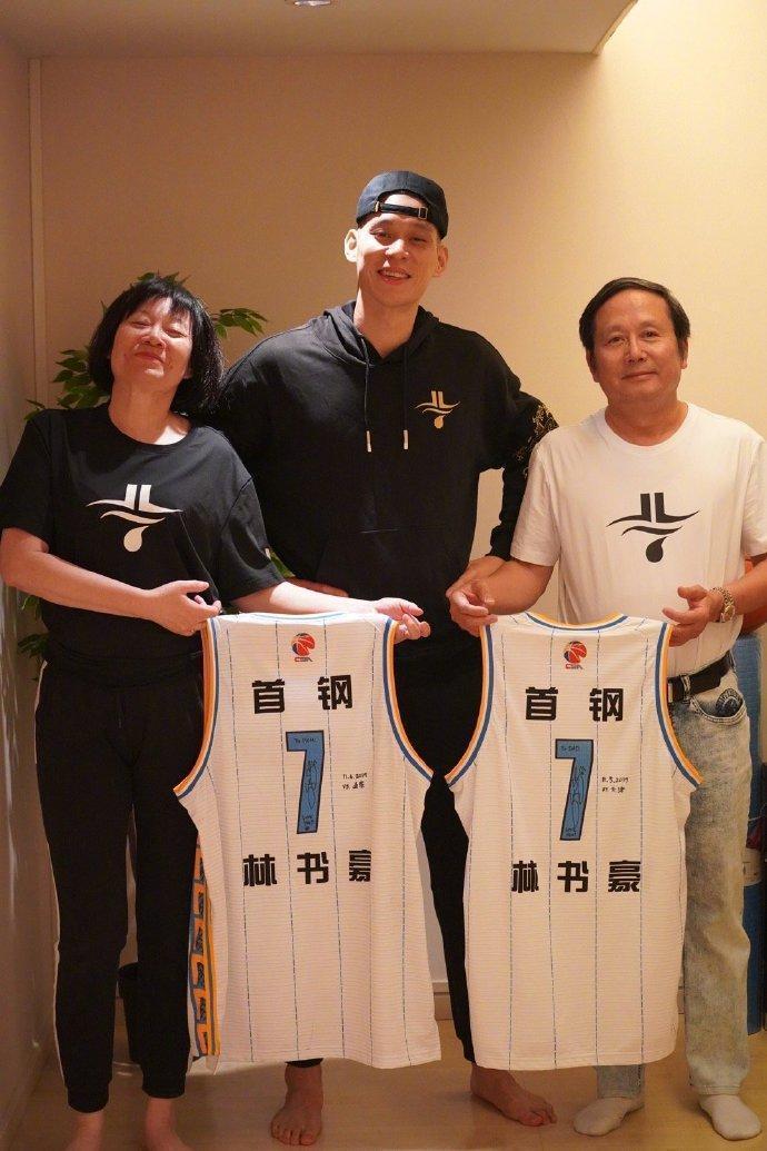 林書豪的父母皆來自台灣,他曾表示:「你可以稱我為一個台裔籃球運動員、一個華裔或亞裔籃球運動員,或就是一個籃球運動員。」(翻攝自林書豪微博)