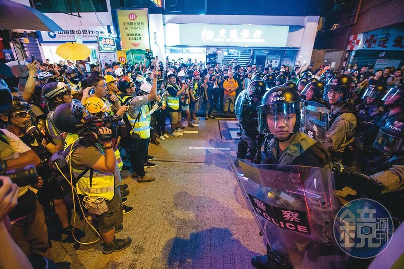 香港反修例抗爭運動已經超過1年,除了抗議的民眾外,許多記者、義務救護員及社工也仍承受著輕重不一的心理傷害。