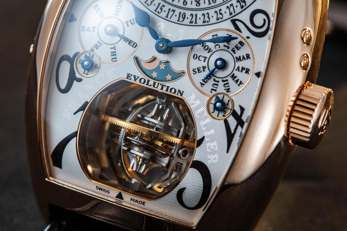 Evolution 3-1的三軸陀飛輪,由外而內一共三層框架,分別以一小時、八分鐘以及一分鐘轉一圈的速率運行,營造出迷幻的視覺效果。