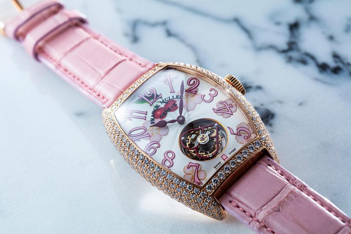 Tourbillon Lady陀飛輪腕錶的陀飛輪僅有11.6mm,在2008年發表時是全球最小的陀飛輪裝置;陀飛輪上則裝飾著心型框架,櫻花圖案的面盤配上鑲滿鑽的Cintrée Curvex酒桶型錶殼,相當華麗。定價新台幣450萬元。