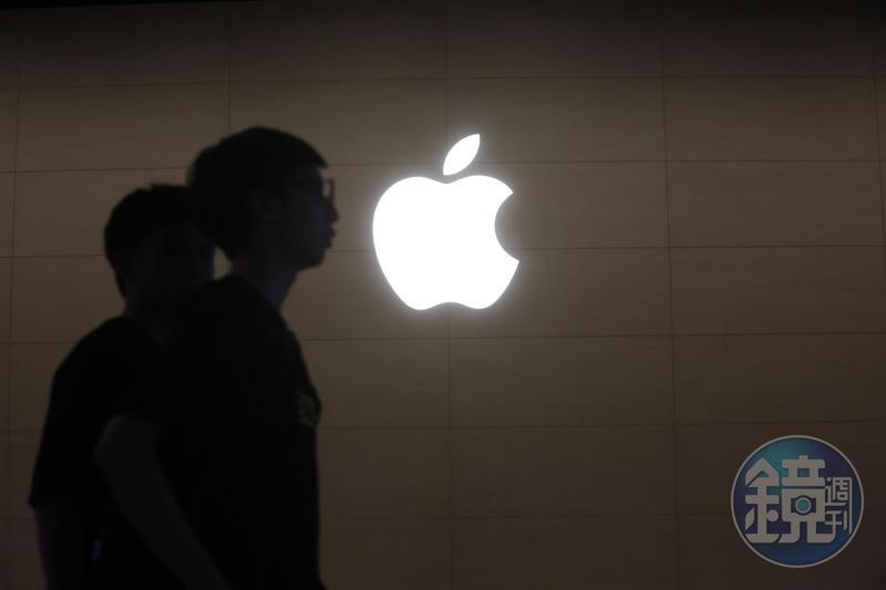 蘋果公司19日盤中股價大漲至468.65美元,成為首家市值突破2兆美元(約新台幣60兆元)的上市公司。