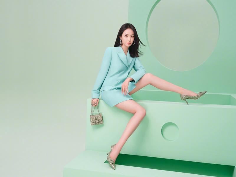 JIMMY CHOO亞太區代言人宋茜穿著Saresa馬蹄C字鑽釦鞋示範情人節系列鞋款。(藍鐘提供)