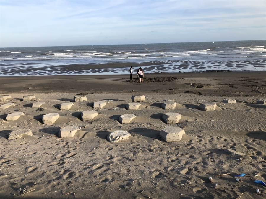 檢警根據龍男所述,在新屋海邊找到女嬰遺體。(翻攝畫面)