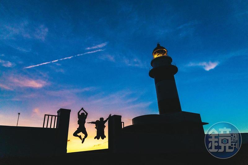 東吉燈塔除了守護航海人,也是島上欣賞夕陽落日的美麗景點。