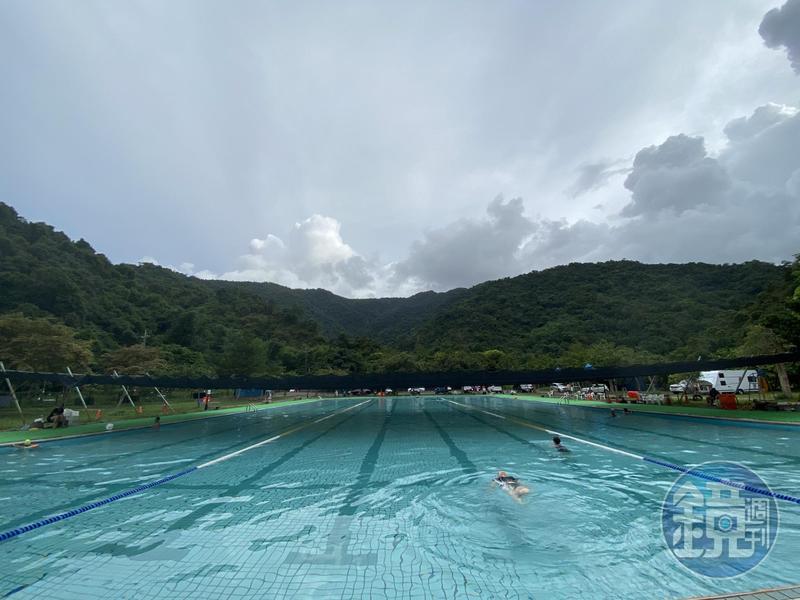 周圍被山環抱的泳池。
