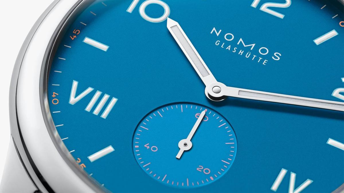 小秒盤上的數字和面盤外緣的分鐘,都用了和面盤顏色對應的色調,小細節也鋪敘得滿細緻。