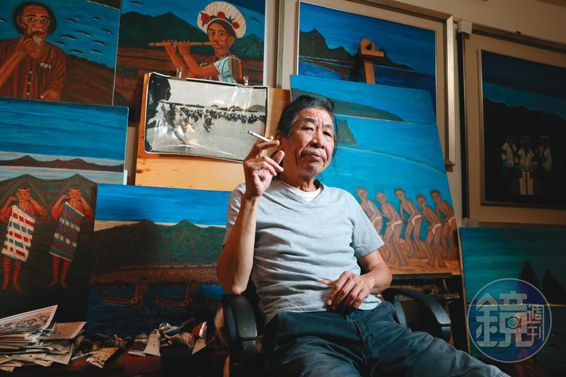 潘小俠拍照40年,累積上萬張底片。我們造訪他位在新北新店山腳邊的小宅,餐廳、客廳堆滿底片及洗出來的照片,牆上掛滿他所創作的油畫。