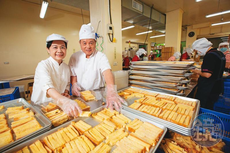 劉進立(右)與林素珍(左)夫妻將吐司邊再製成奶油酥條,意外爆紅,成為花蓮排隊美食。