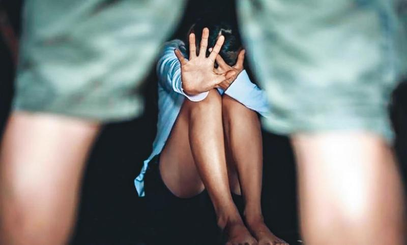 小玫的爸爸闖入女兒房間,對她上下其手、性侵得逞。(翻攝網路,圖為示意畫面,非當事人)