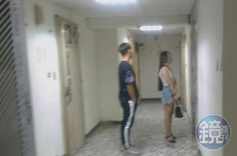 女子與男客要到大樓內房間進行交易。(讀者提供)