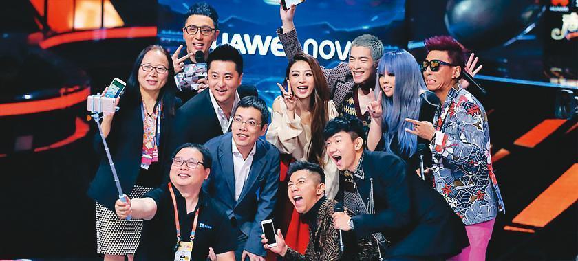 田馥甄(後排右四)曾參加陸綜《夢想的聲音》,除了與暗戀她多年的林俊傑(前排右一)同框,阿妹(後排右二)、蕭敬騰(後排右三)也在同一個舞台。(翻攝自《夢想的聲音》微博)