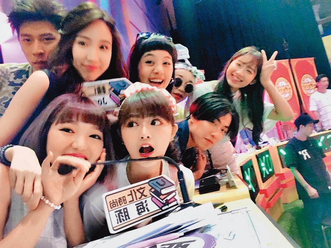 徐薇涵(前排右二)曾是《大學生了沒》班底,也因此讓她對演藝圈產生興趣。(翻攝自徐薇涵 IG)