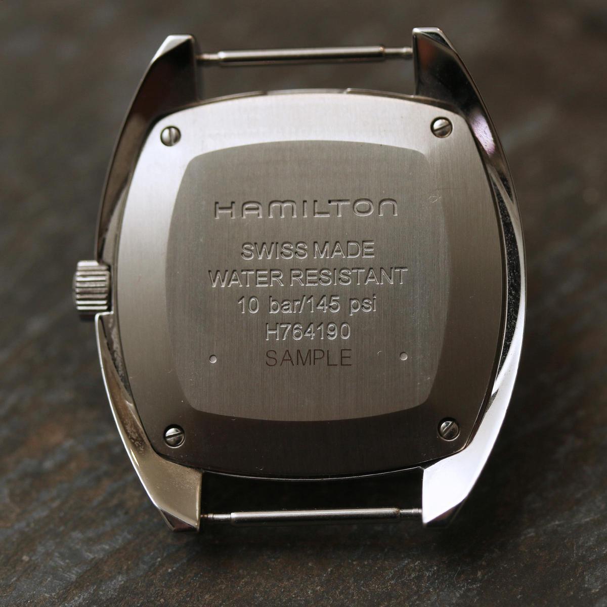 後底蓋的產品字樣仿效了過去軍錶的設計。