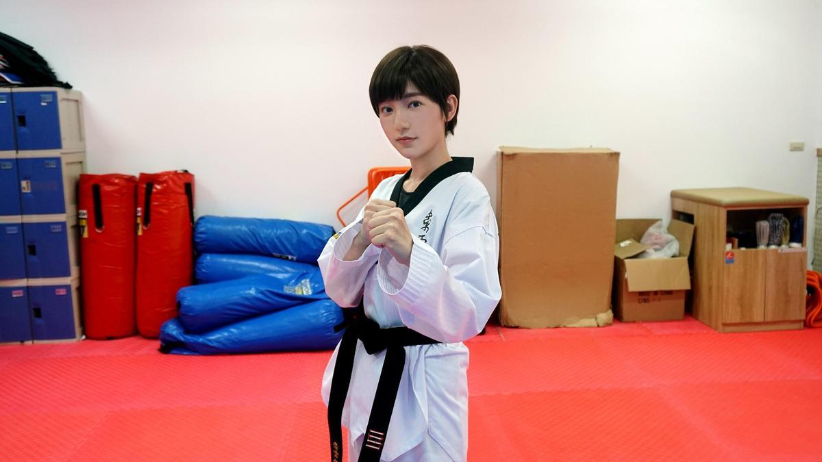 郭雪芙穿上跆拳道服,比出殺氣姿勢。(八大提供)